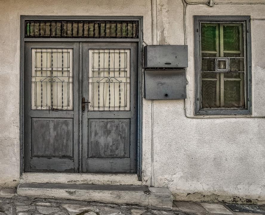 naprawa uszkodzonych drzwi